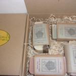 Coffret cadeaux découverte SAF composé de 4 recettes originales de savons soin saponifiés à froid; Le coffret est une boite carton garnie de frisure. Le tout reçyclé .